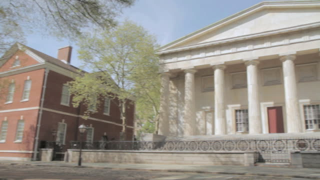 pan library hall and second bank of the united states at independence national historical park / philadelphia, pennsylvania, united states - frontgiebel stock-videos und b-roll-filmmaterial
