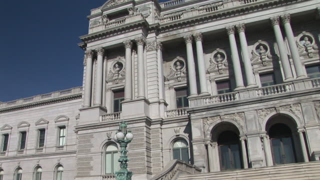 ms, pan, library of congress building, washington, dc, washington, usa - korinthisch stock-videos und b-roll-filmmaterial