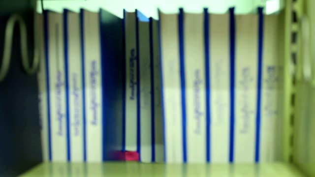 vídeos de stock e filmes b-roll de dolly panorâmica da biblioteca de vídeo - fotografia de três quartos