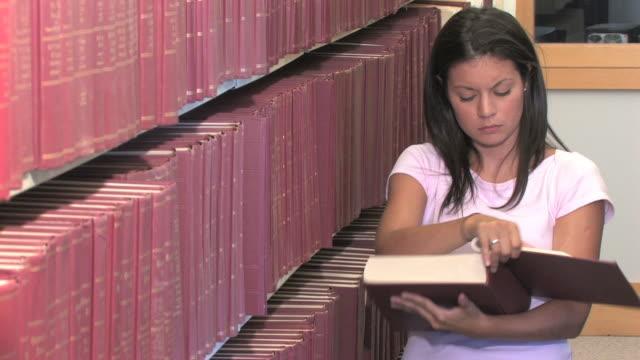 bibliothek research (hd - bücherregal stock-videos und b-roll-filmmaterial