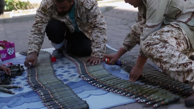 vídeos de stock, filmes e b-roll de libyan national accord government troops prepare their ammunition before heading to the frontline as battles against libyan military commander... - líbia