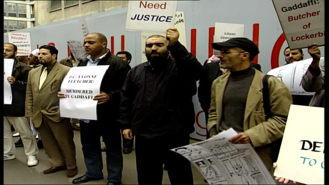 vídeos de stock, filmes e b-roll de libyan terror suspect under threat of deportation case begins at special immigration appeals commission england london ext general view of protesters... - stop placa em inglês