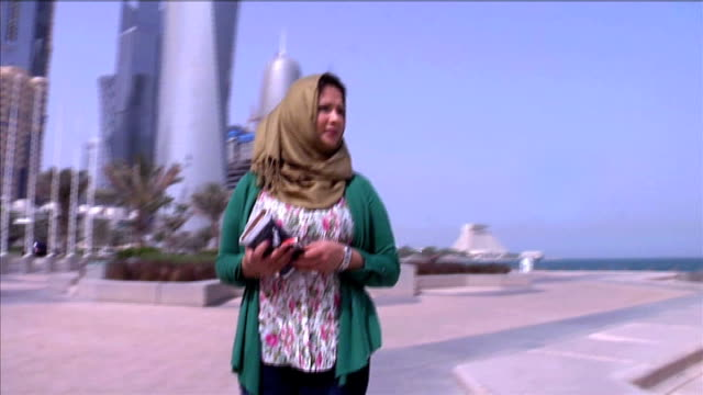 vídeos de stock, filmes e b-roll de libyan woman who claimed rape tells her story qatar ext shots of eman alobeidi walking along by seafront - líbia