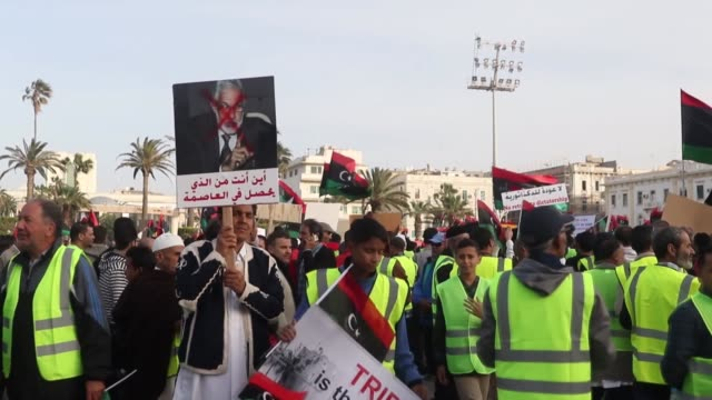 stockvideo's en b-roll-footage met libyans chant slogans and hold placards during a demonstration against khalifa haftar in the capital tripoli's martyrs square on april 19 2019... - libië