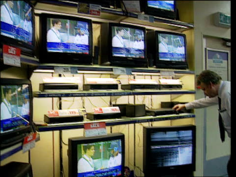 licence free may be raised to fund bbc digital; lib gvs bank of televisions in electrical store cf = b0543539 or b0552363 20.04.56 to 20.09.01 mix... - bericht film und fernsehen stock-videos und b-roll-filmmaterial