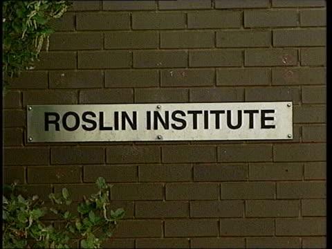 vídeos y material grabado en eventos de stock de licence granted to clone human embryos; ext sign 'roslin institute' to institute building sign on wall 'roslin institute' gv entrance int professor... - embrión etapa humana