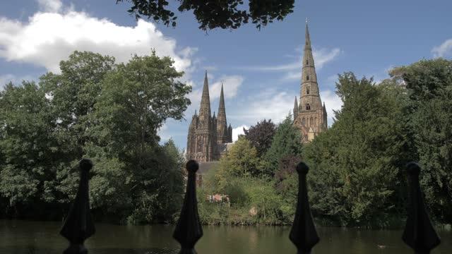 lichfield cathedral on sunny day in summer, lichfield, staffordshire, england, united kingdom, europe - スタッフォードシャー リッチフィールド点の映像素材/bロール