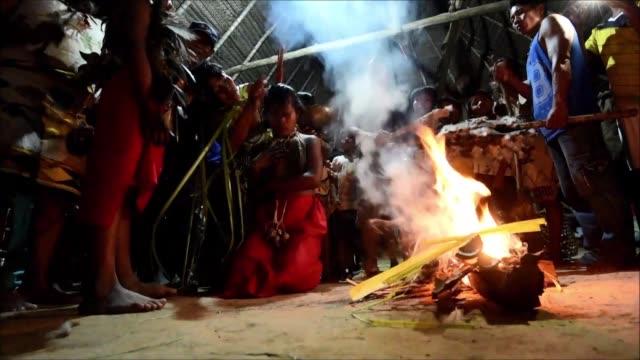 lideres de los pueblos indigenas del amazonas en colombia se reunieron el lunes en una cumbre para discutir como salvar su region y tradiciones - discutir stock videos & royalty-free footage