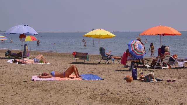 vídeos y material grabado en eventos de stock de lido beach - toalla