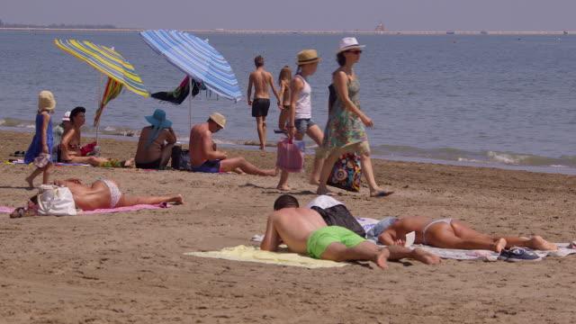 vídeos de stock, filmes e b-roll de lido beach - toalha de praia