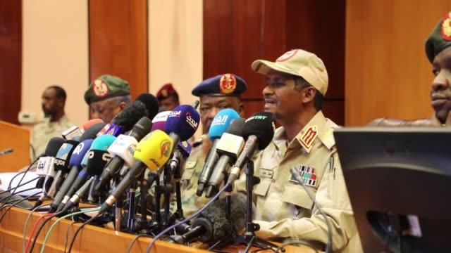 lieutenant-general mohamed hamdan daglo, deputy head of sudan's ruling military council, speaks at a press conference in capital khartoum on april... - dominering bildbanksvideor och videomaterial från bakom kulisserna