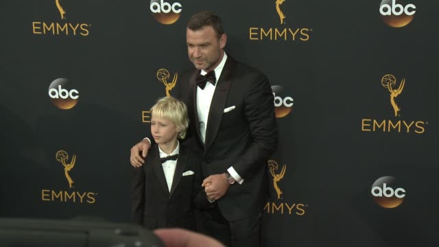 vídeos de stock, filmes e b-roll de liev schreiber at the 68th annual primetime emmy awards arrivals at microsoft theater on september 18 2016 in los angeles california - primetime emmy awards