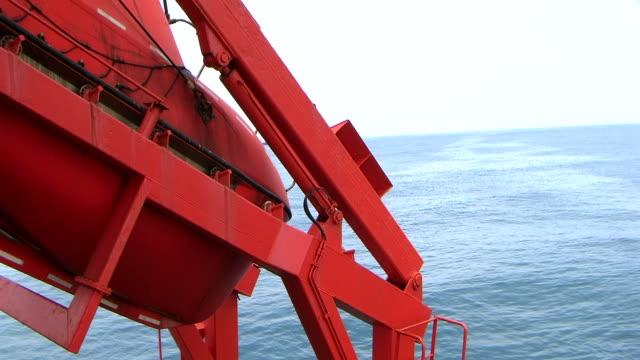 vídeos de stock e filmes b-roll de barco de vida - embarcação comercial
