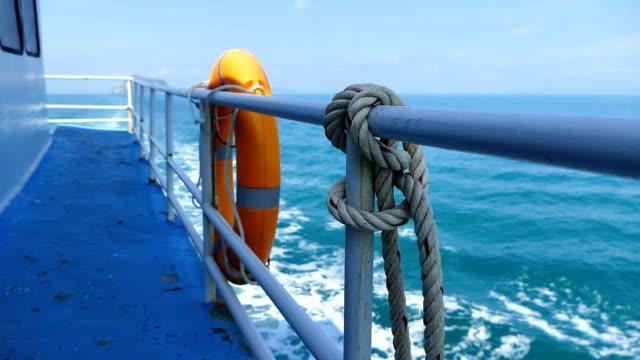 vídeos de stock, filmes e b-roll de bóia de vida no lado do barco em movimento - boia equipamento marítimo de segurança