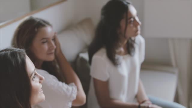 livet under covid-19 pandemi lockdown: grupp vänner karantän hemma - 16 17 år bildbanksvideor och videomaterial från bakom kulisserna
