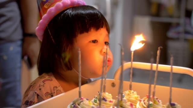 vídeos y material grabado en eventos de stock de evento de la vida : niña bonita soplando con pastel de cumpleaños - soplar