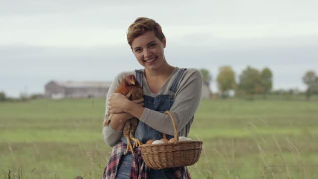 ファームで愛に満ちた人生 - 家禽点の映像素材/bロール