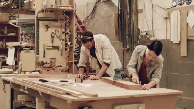 la vita è molto affollata da queste parti - carpentiere video stock e b–roll