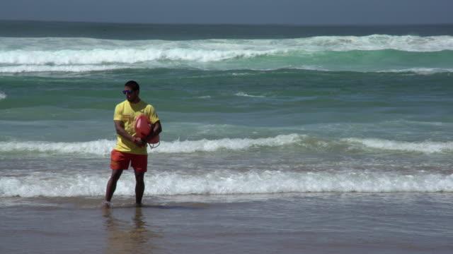stockvideo's en b-roll-footage met life guard - badmeester