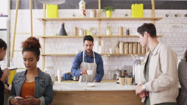 vidéos et rushes de la vie arrive et le café aide - société de consommation