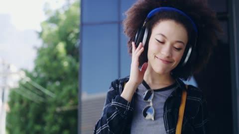 livet är kort, lyssna på bra musik - hörlurar bildbanksvideor och videomaterial från bakom kulisserna