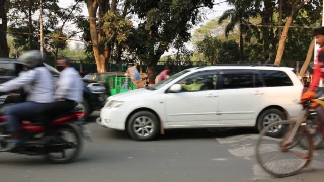 life on street in dhaka - un giorno nella vita video stock e b–roll