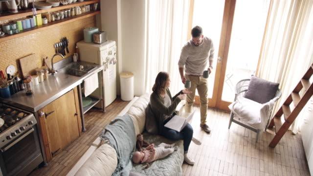 vídeos de stock, filmes e b-roll de vida com um bebê brandnew - sala de estar