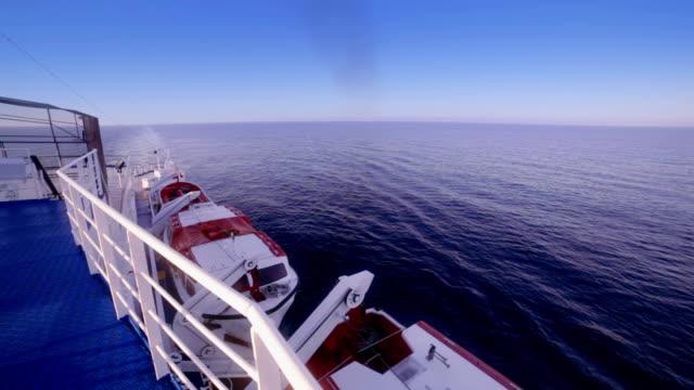 vídeos de stock e filmes b-roll de baleeiras de cruzeiro navio de manhã - barco salva vidas
