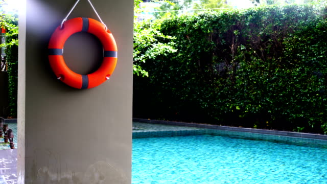 vídeos de stock, filmes e b-roll de boia na piscina - boia equipamento marítimo de segurança