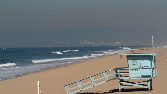 lifeguard hut manhattan beach - cabina del guardaspiaggia video stock e b–roll