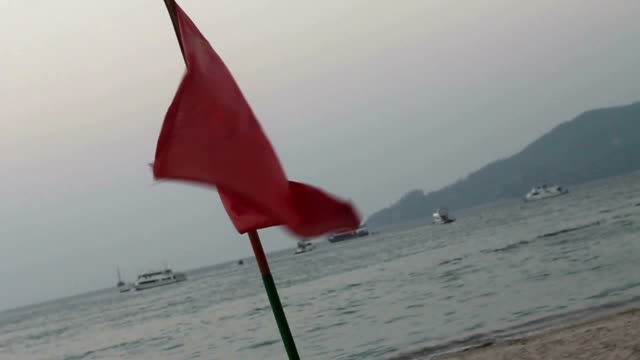 rettungsschwimmer rote flagge auf patng beach, phuket, thailand - wachmann stock-videos und b-roll-filmmaterial