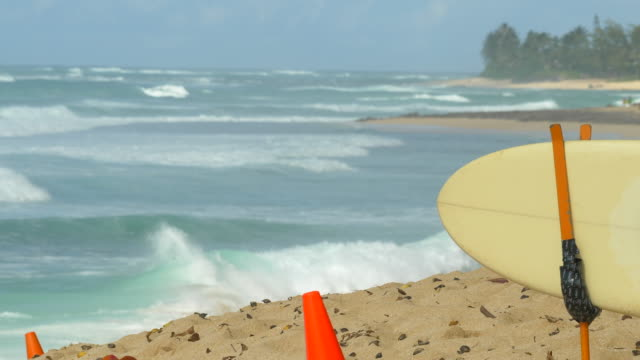 stockvideo's en b-roll-footage met lifeguard rescue surfboard for surfing at pipeline, north shore, oahu, hawaii. - slow motion - oahu