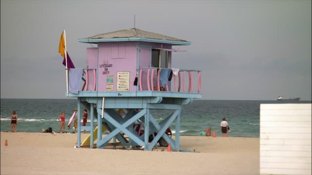 lifeguard station on beach / south beach, miami - cabina del guardaspiaggia video stock e b–roll