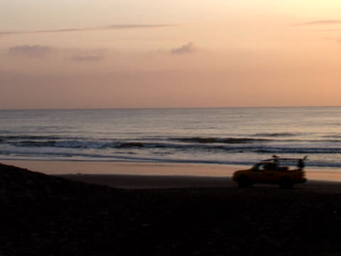 Bagnino Surf Patrol unità veicolo sulla spiaggia al tramonto