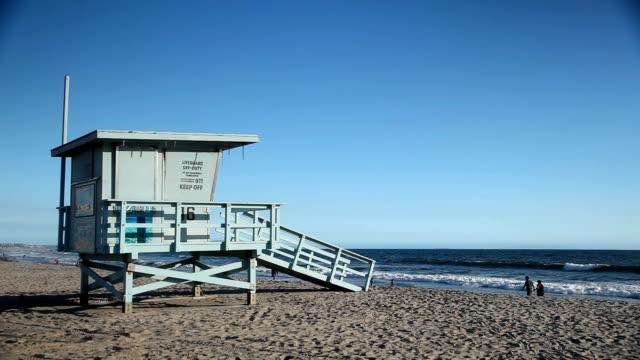 lifeguard tower at santa monica beach - cabina del guardaspiaggia video stock e b–roll