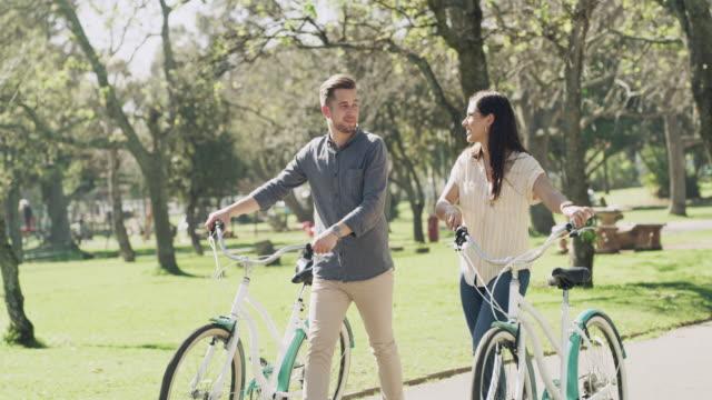 vídeos de stock, filmes e b-roll de a vida é um passeio melhor apreciado com boa companhia - casal jovem