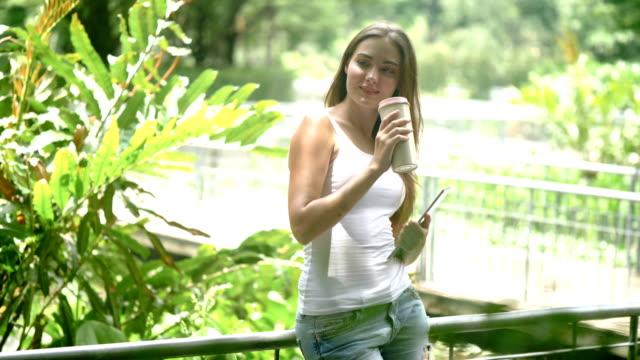 vidéos et rushes de mode de vie café jardin - seulement des jeunes femmes