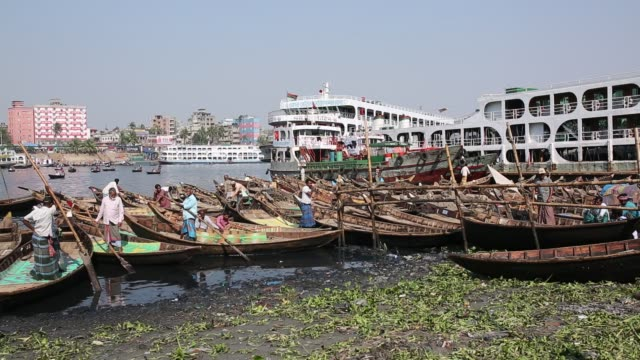 lifestyle near polluted river buriganga in dhaka - dhaka stock-videos und b-roll-filmmaterial