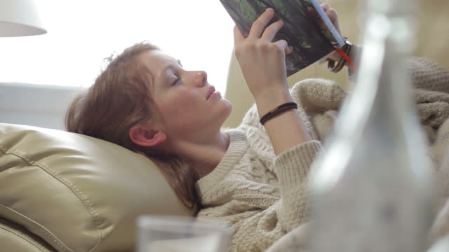 stockvideo's en b-roll-footage met lifestyle sleepy book      re - achterover leunen