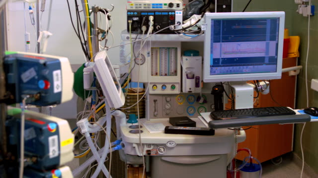 stockvideo's en b-roll-footage met life-support system in operating room - beademingsmachine