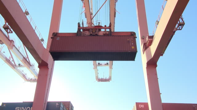 Lift a container with a crane at the Pyeongtaekhang