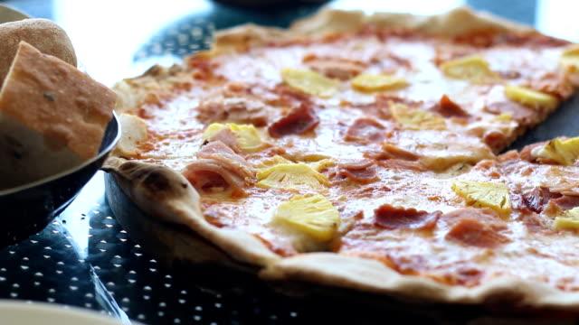 ピザを食べ皿の部分を持ち上げる - 調理用へら類点の映像素材/bロール