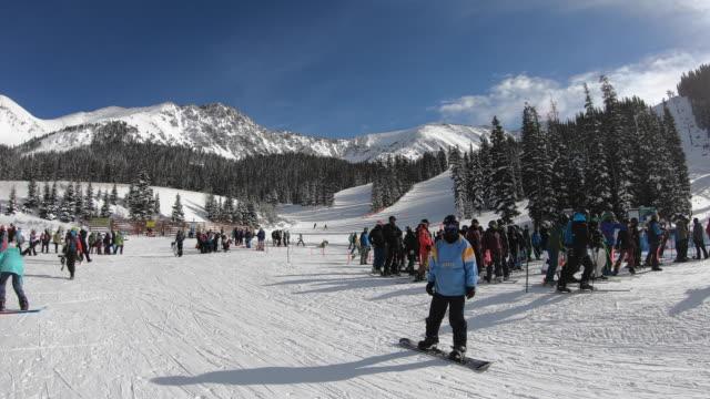 vídeos y material grabado en eventos de stock de liftline, arapahoe basin ski area, colorado, usa - centro de esquí