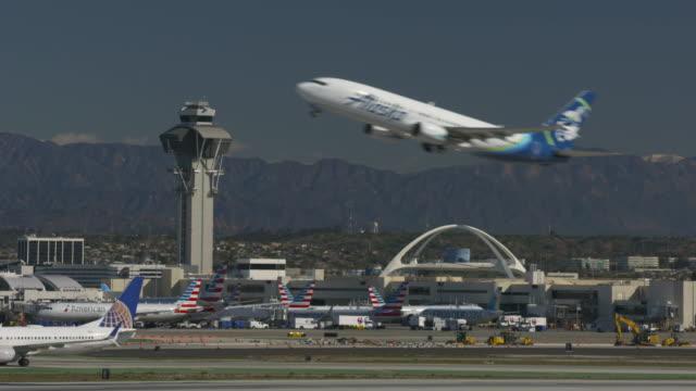 vídeos y material grabado en eventos de stock de lift-off from lax - torre de control de circulación aérea