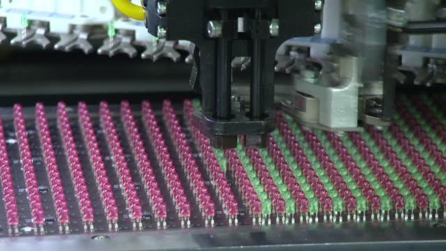 light bulb of led display production - led leuchtmittel stock-videos und b-roll-filmmaterial