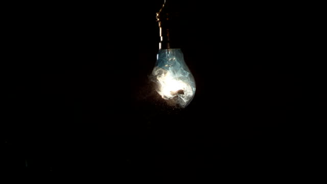 vídeos de stock e filmes b-roll de light bulb shattering, high-speed footage - lampada