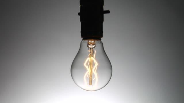 vídeos y material grabado en eventos de stock de cu, light bulb turning on & off - bombilla