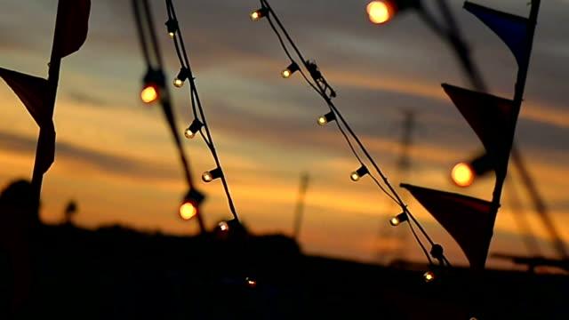 vidéos et rushes de ampoules et drapeaux au festival. décor lumineux - production d'énergie