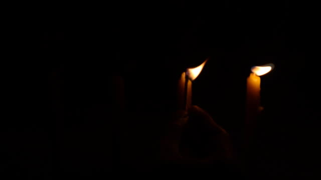 stockvideo's en b-roll-footage met light candles - ceremonie