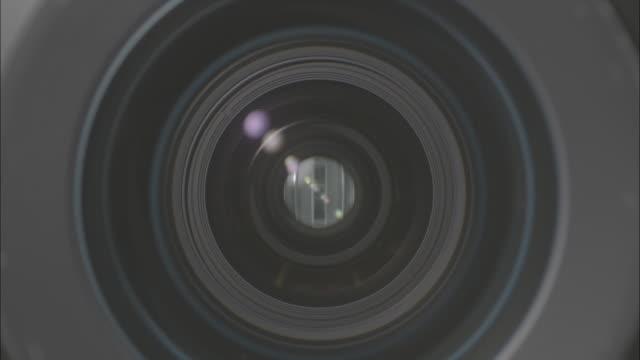 vidéos et rushes de light coming through aperture of camera lens - ouverture du diaphragme